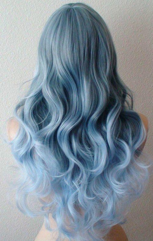 Модное окрашивание в голубой цвет на длинные волосы