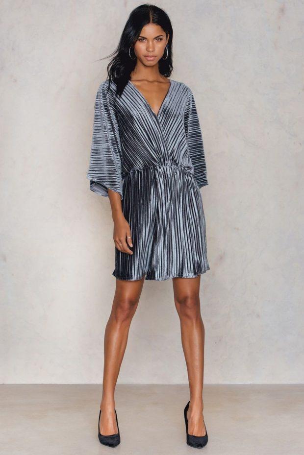 Платья 2020: серое плиссе с поясом