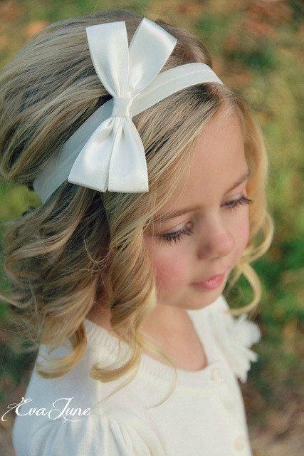 Причёска с распущенными волосами украшенная ободком на 1 сентября для девочек