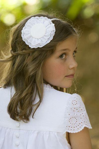 Причёска с распущенными волосами украшенная ободком на 1 сентября для девочек фото