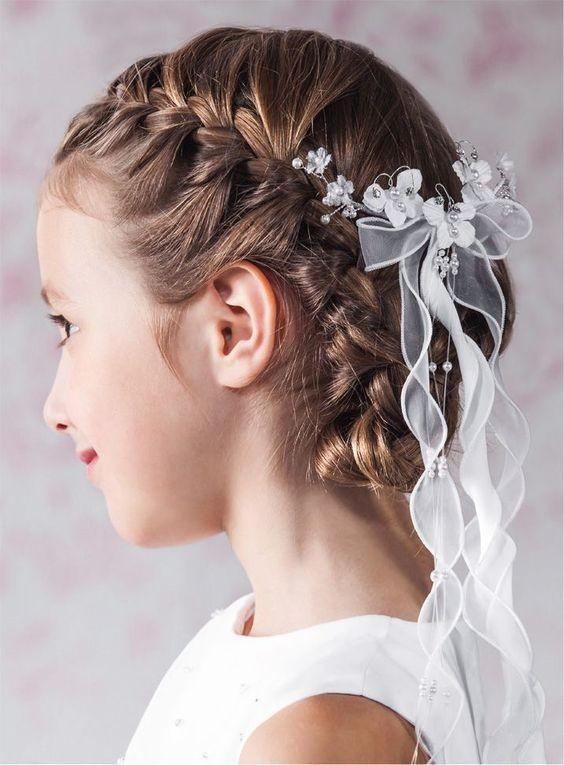 Вплетение белой ленты и банта в косички на 1 сентября для девочек