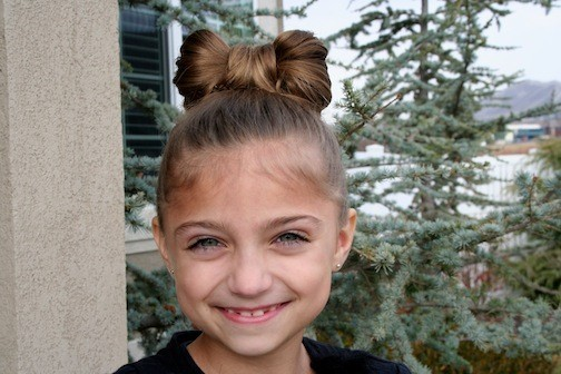 стильная прическа «Бантик из волос» на 1 сентября для девочек