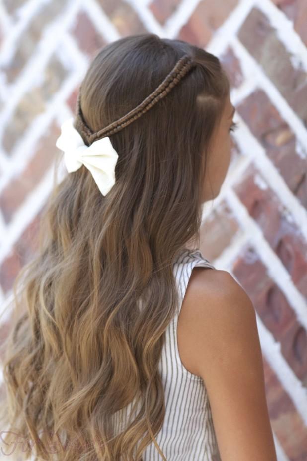 Причёска с распущенными волосами, украшенная ободком с бантом на 1 сентября для девочек