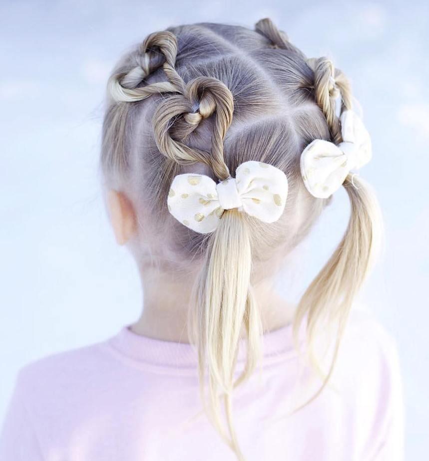Модная причёска «хвостики» на 1 сентября на длинные волосы фото