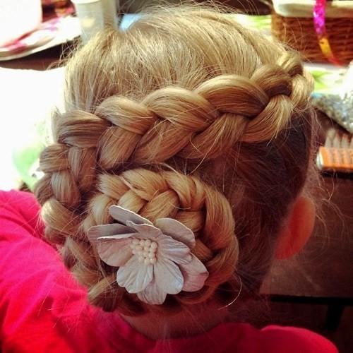 красивая причёска «Пучок» на 1 сентября на длинные волосы фото