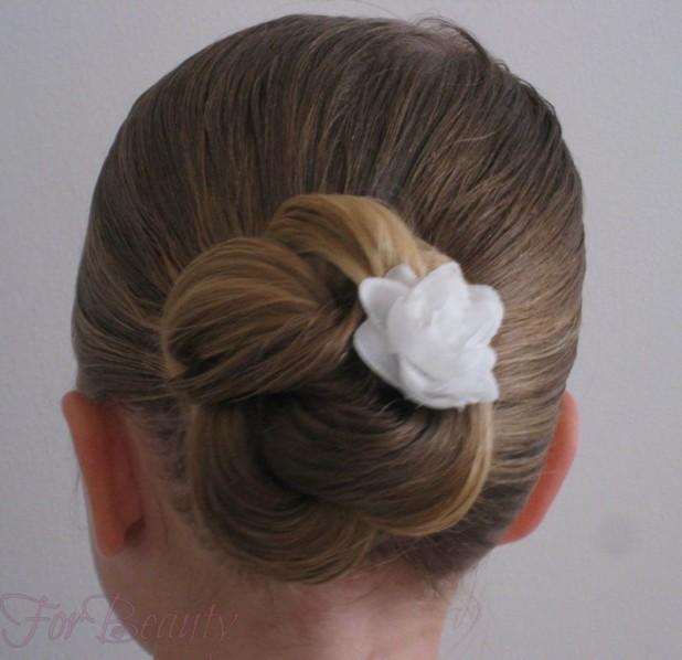 стильная причёска «Пучок» на 1 сентября на длинные волосы фото