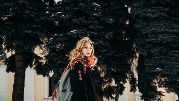 яркий шарф под цвет пальто