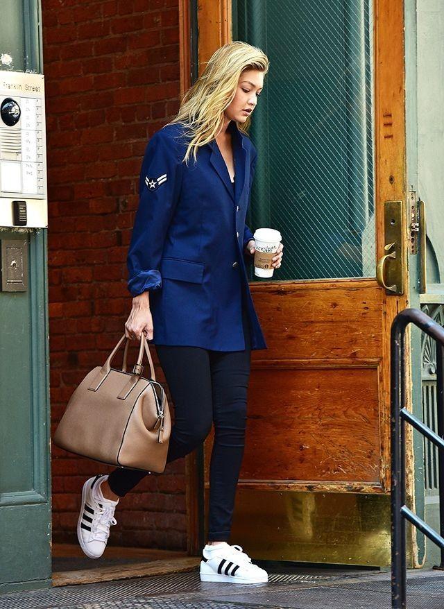 С чем носить темные джинсы 2019-2020 женские фото