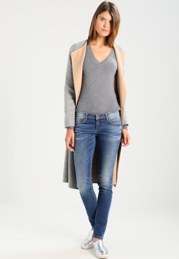 потертые джинсы скинни под пальто