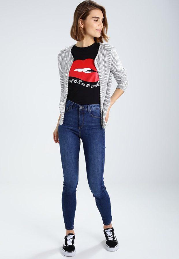 синие джинсы скинни под футболку