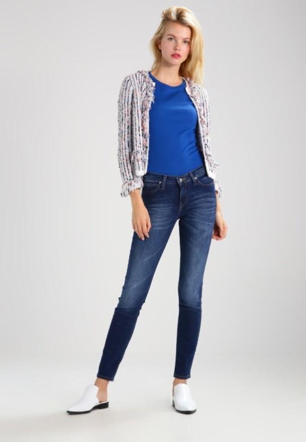 Модные потертые джинсы скинни
