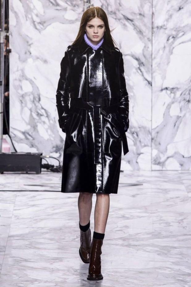 Модные женские пуховики зима 2019-2020: кожаный черный