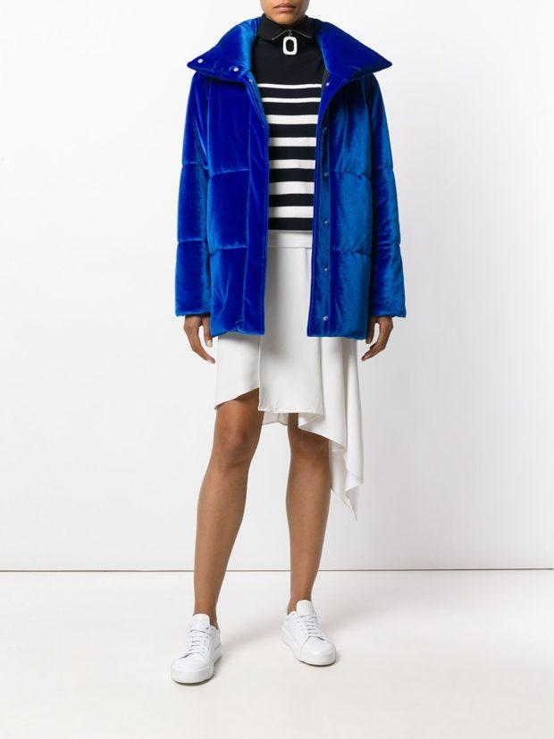 Модные женские пуховики: бархатный синий