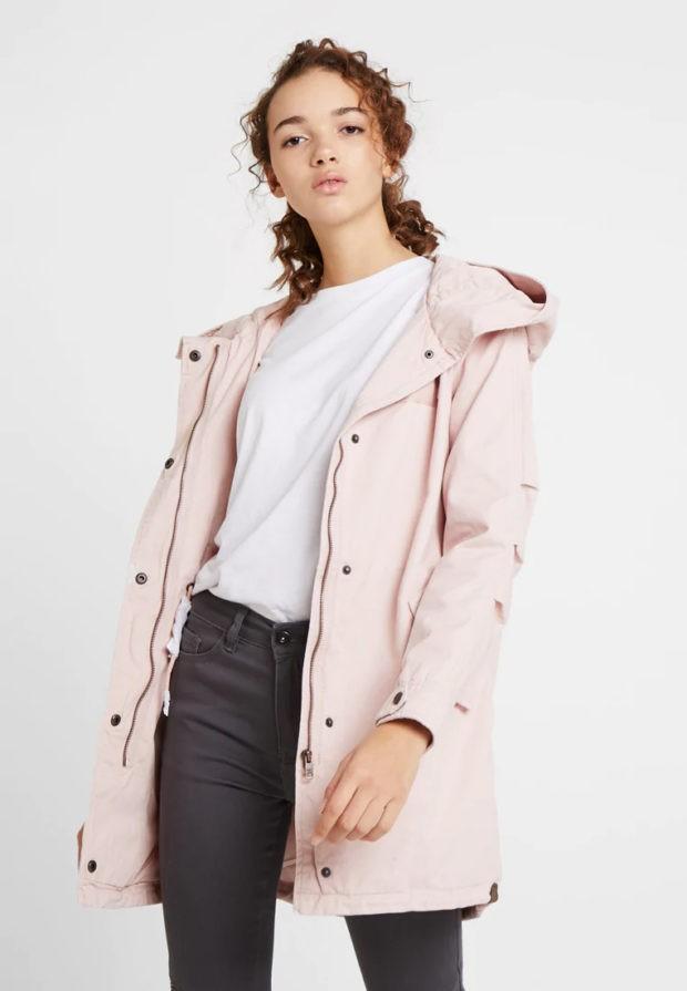 бледно-розовая на пуговицах с капюшоном