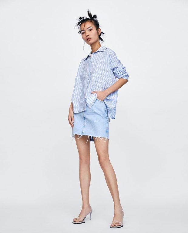 Модная юбка короткая голубая с бахромой