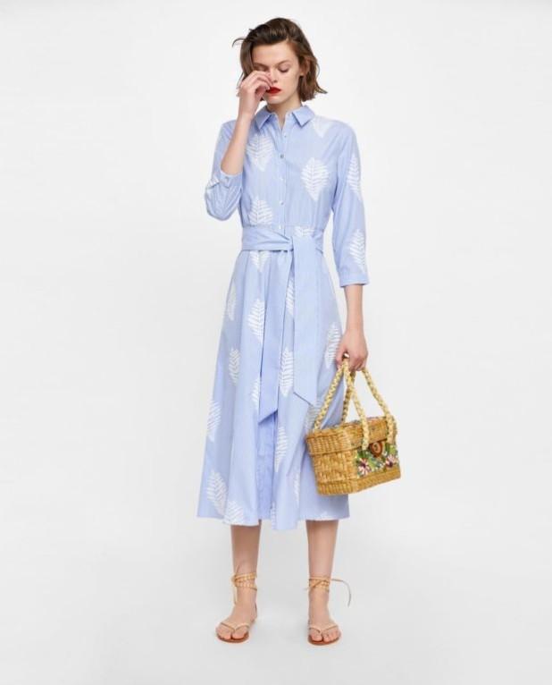 Мода 2019-2020 года в женской одежде: голубое платье с принтом
