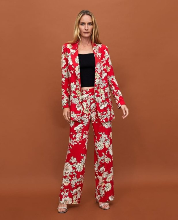 Мода года в женской одежде: красный костюм с принтом
