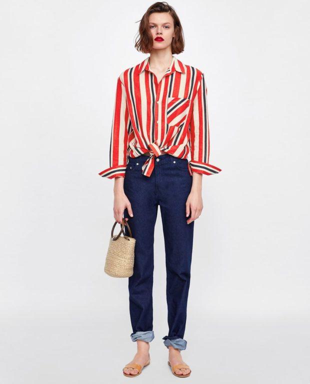 Мода 2019-2020 года в женской одежде: синие брюки красная рубаха