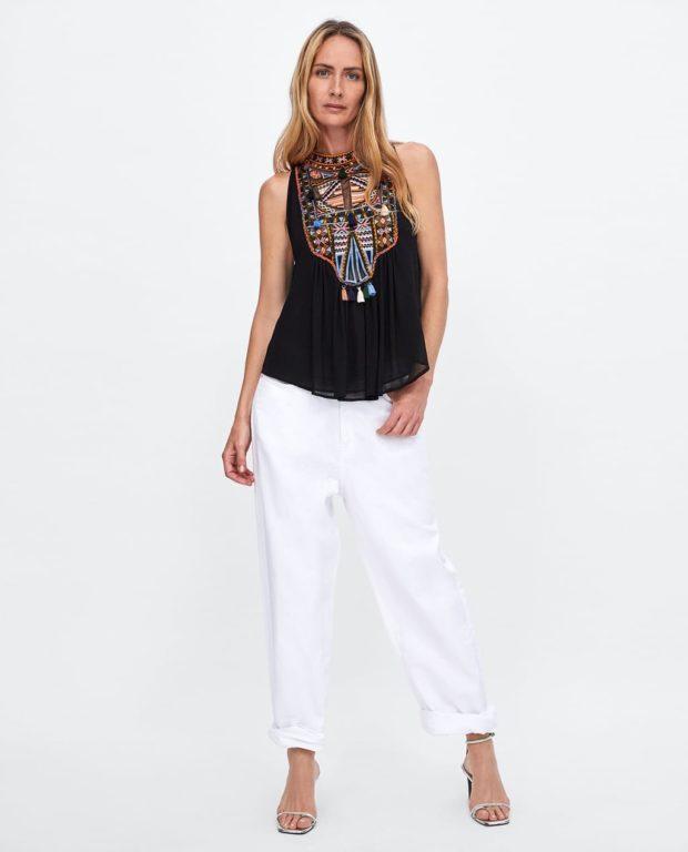 Мода года в женской одежде: белые брюки черный топ