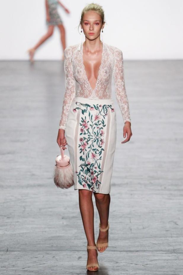 мода в одежде: белая юбка с принтом