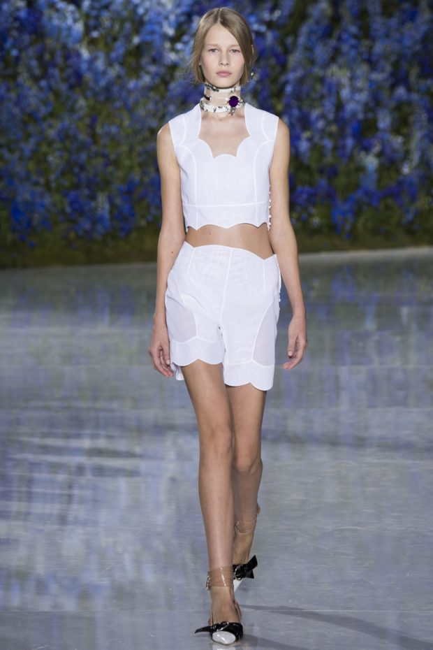 мода в одежде: белый топ и юбка