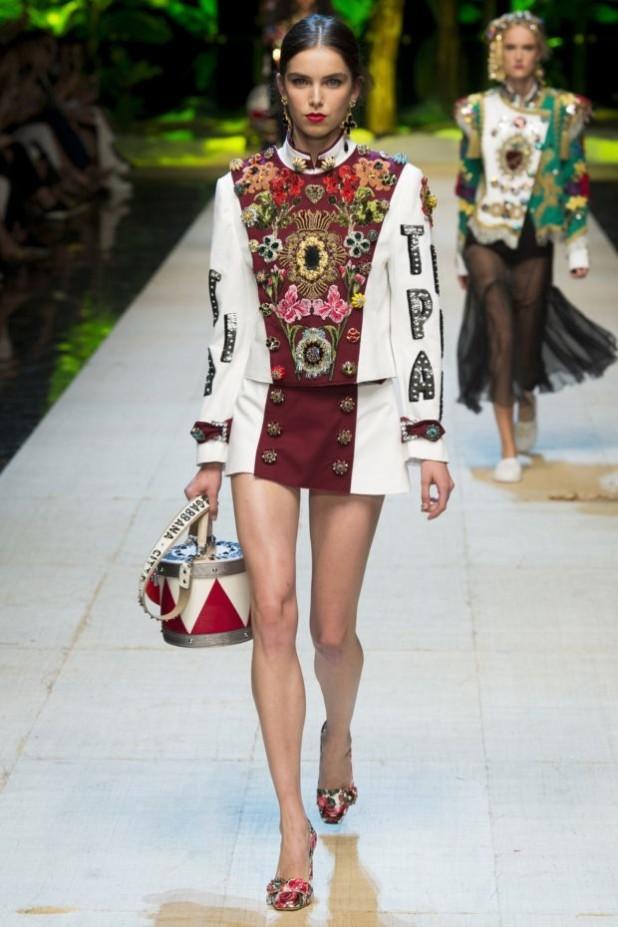 мода в одежде: пиджак и юбка