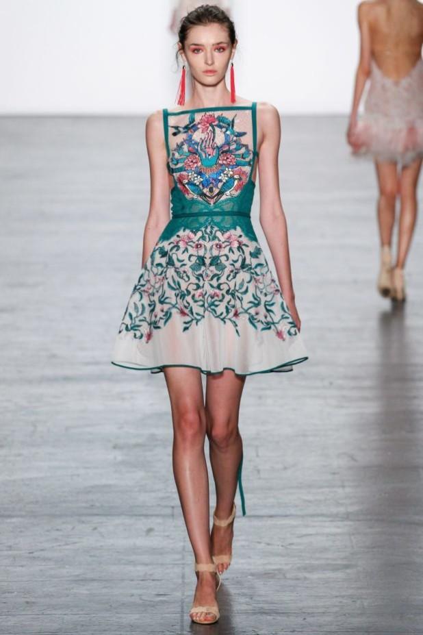 мода в одежде: зеленое платье с узором