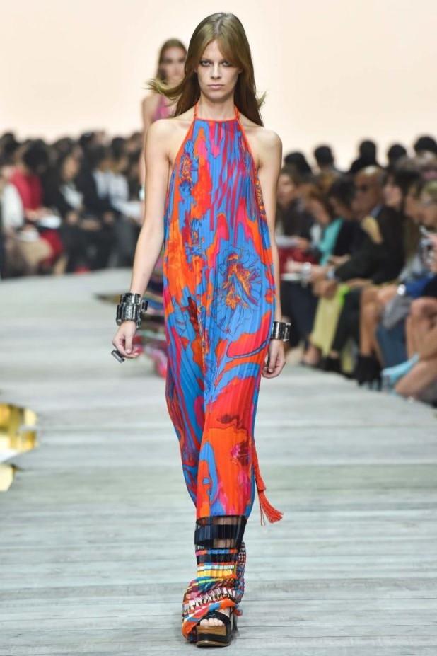 мода в одежде: цветной сарафан