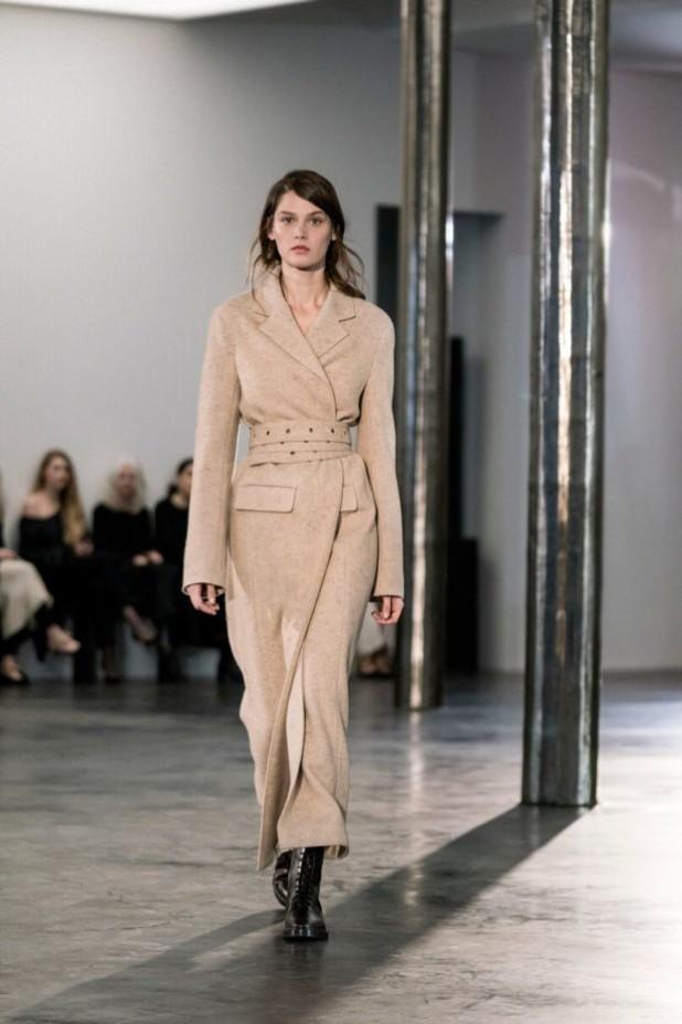 мода в одежде: лук с пальто