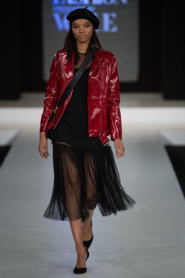 мода в одежде: красная кожаная куртка
