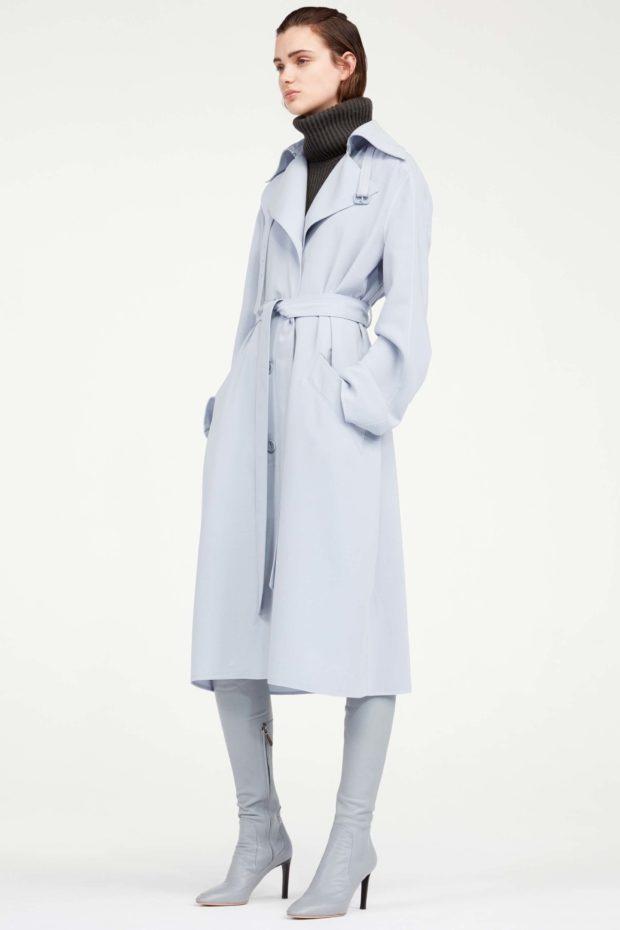 мода в одежде: голубое пальто