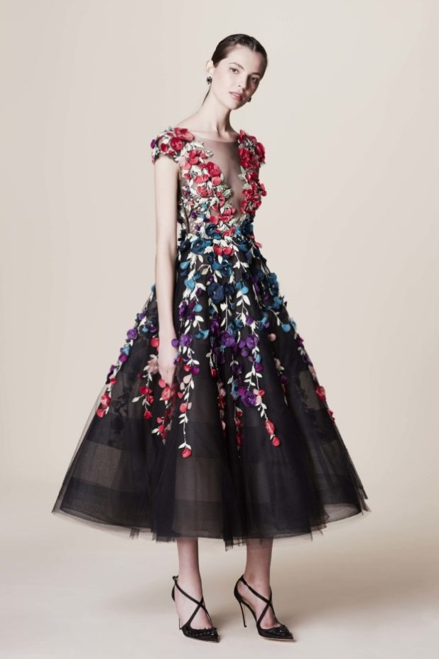 мода в одежде: пышное платье с узорами