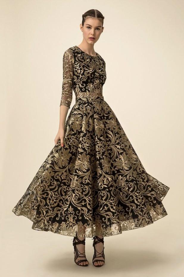 мода в одежде: длинное платье с узорами