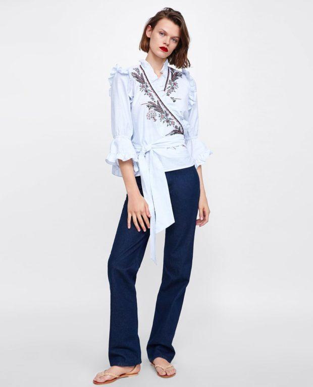 мода в одежде: голубая блузка с узорами
