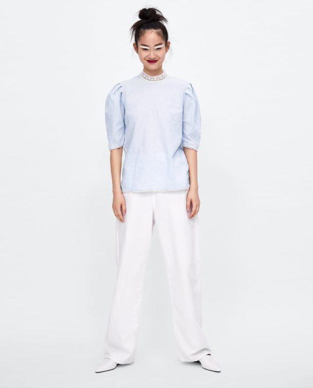 мода в одежде: голубая блузка с короткими рукавами