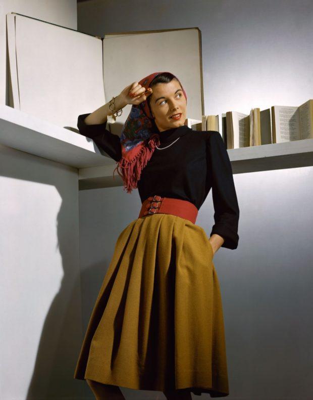 мода в одежде: зеленая юбка и черная блузка