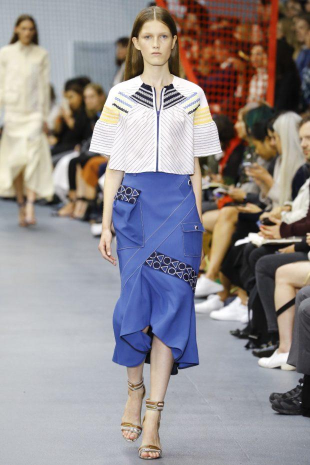 мода в одежде: синяя юбка и белая блузка