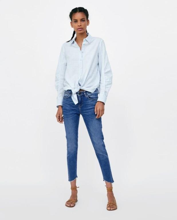 мода в одежде: джинсы и голубая рубашка