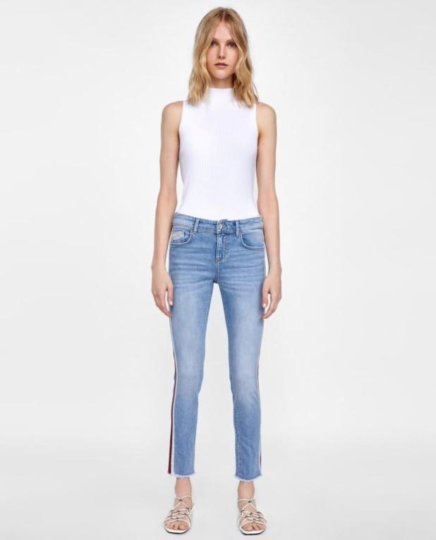 мода в одежде: джинсы и белый топ