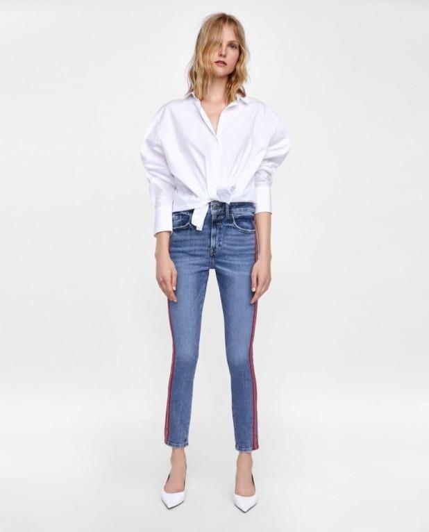 мода в одежде: джинсы и белая рубашка оверсайз