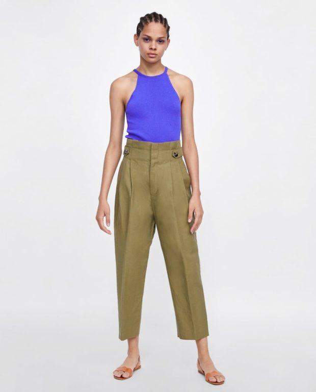 мода в одежде: зеленые женские брюки и синий топ