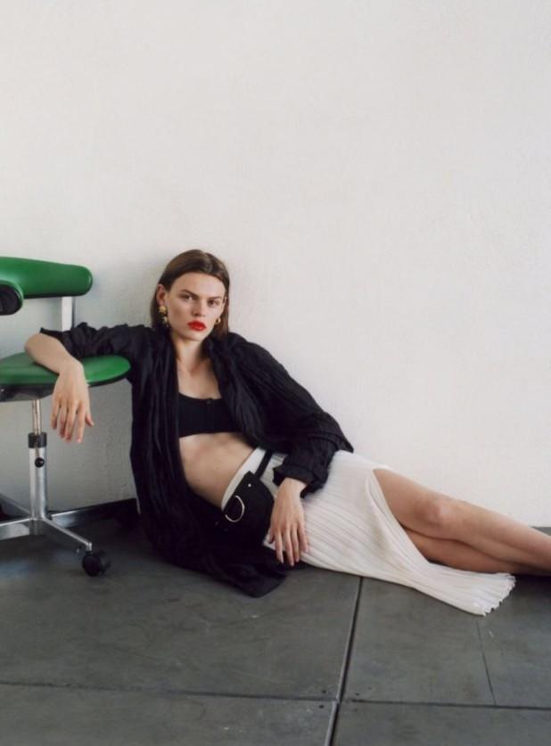 Мода 2019-2020 года в женской одежде: темный верх белая юбка